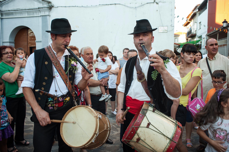 La Enramá al son de los tamborileros. Foto: turismocaceres.org