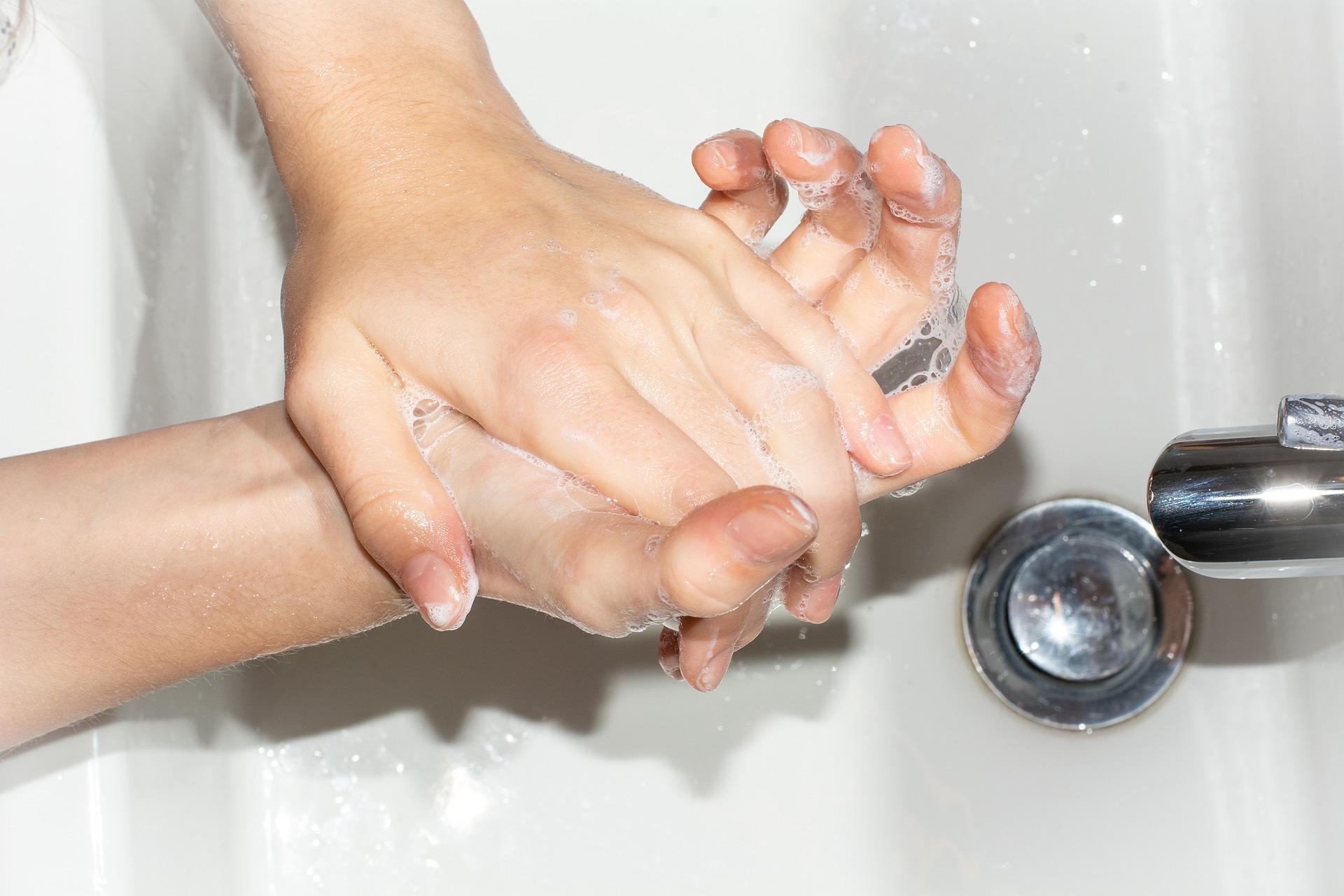 Recuerde lavarse las manos con jabón con frecuencia